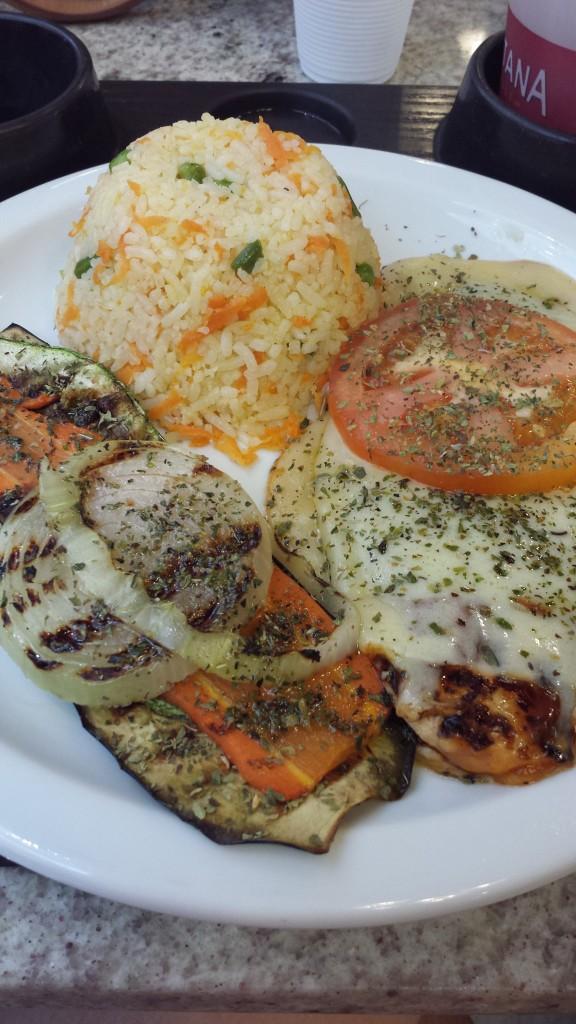 Frango Pizzaiolo acompanhado de arroz à grega e legumes grelhados