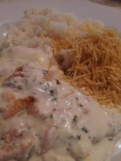 Acompanhado de arroz branco e batata palha