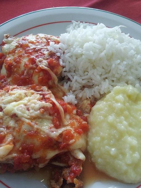 Filé a parmegiana acompanhado de arroz branco e purê de batatas