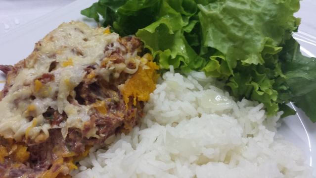 Acompanhada de arroz branco e salada de folhas