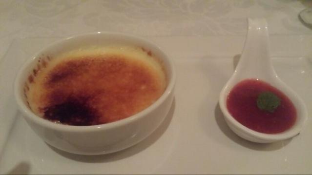Creme Brulèe com calda de morango