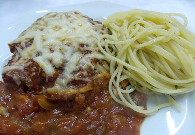 Polpetone recheado com mussarela e spaghetti na manteiga de ervas