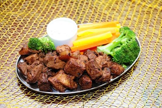 Vila Aurora Bar: Carne suína marinada e legumes no vapor acompanhados de molho Herbs com maionese