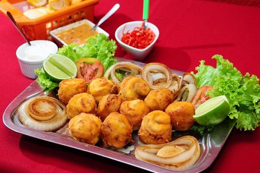 Aquiles Sashimi: Tilapia frita recheada com queijo e presunto, enrolado no bacon