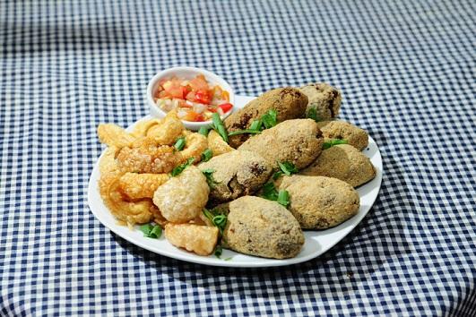 Beira Campo: Massa de feijão, carne de porco, payo, calabreza e costelinha defumada. Com couve refogada na maionese