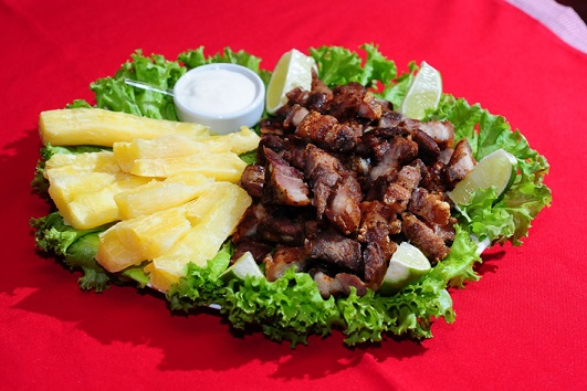 Buteko Tio Carrasco: Panceta suína assada, temperada com ervas finas na maionese, acompanhada dom mandioca cozida e limão