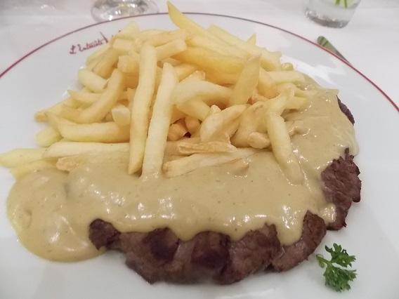 """Entrecôte parisiense de 180g com fritas à vontade e o famoso molho """"secreto""""</"""