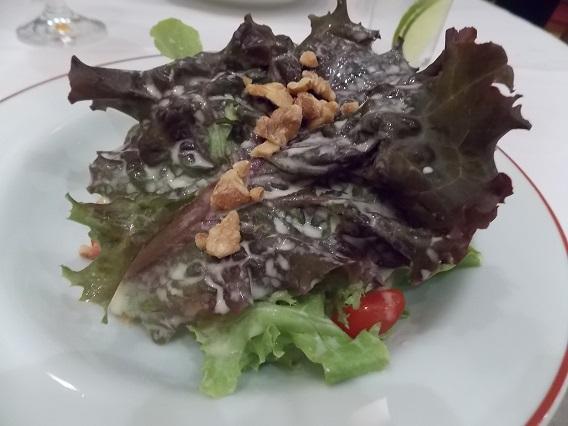Salada com nozes e molho de mostarda Dijon
