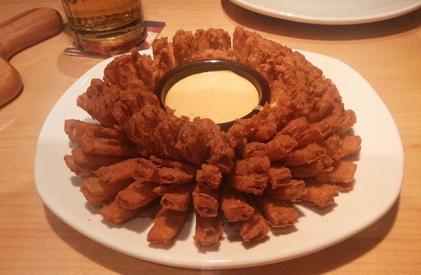 Bloomin Onion - gigante cebola frita com molho picante