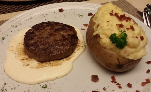 PRATO PRINCIPAL: Hamburguer e Batata Recheada com Parma crocante e Molho de Queijo Brie