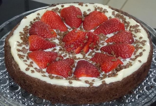 torta de brownie com Leite Moça cremoso e morangos