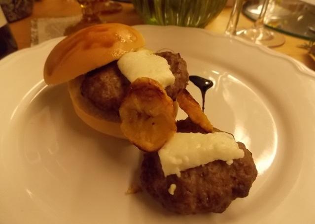 Primeiro Prato: Hambúrguer de Wagyu com queijo fetta e chips de banana da terra
