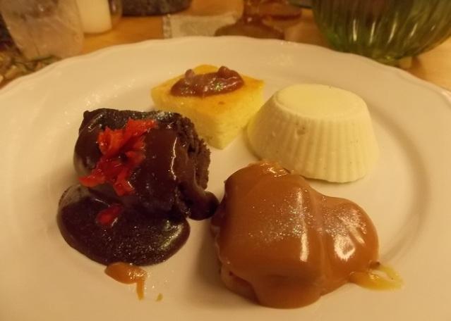 Sobremesa: Sensations Trio Lava Cake. Goiabada com requeijão, chocolate com pimenta e doce de leite, acompanhados de creme gelado de baunilha