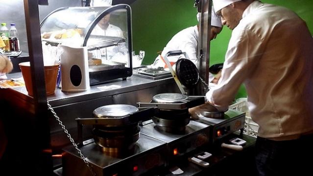 Preparando os waffles